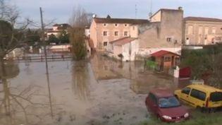 Après les intempéries et des inondations qui ont fait trois morts dans le sud-ouest du pays, samedi 14 et dimanche 15 décembre, des villages se retrouvent coupés du monde, à l'instar de Couthures-sur-Garonne (Lot-et-Garonne), une commune à 100% inondable. (FRANCE 2)