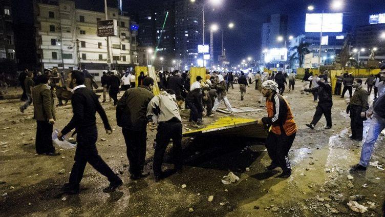 Des membres des Frères musulmans construisent une barricade sur une route menant au palais présidentiel, le 5 décembre 2012. (GIANLUIGI GUERCIA / AFP)
