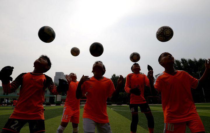 Des jeunes joueurs s'entraînent dans un camp d'entraînement de football d'été à Handan, dans la province de Hebei, en Chine, le 17 juillet 2020.  (HAO QUNYING / COSTFOTO/SIPA USA/SIPA / SIPA USA)