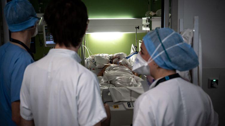 Un patient atteint d'une forme sévère de Covid-19 estpris en charge àPierre-Benite (Rhône), le 7 avril 2021. (JEAN-PHILIPPE KSIAZEK / AFP)