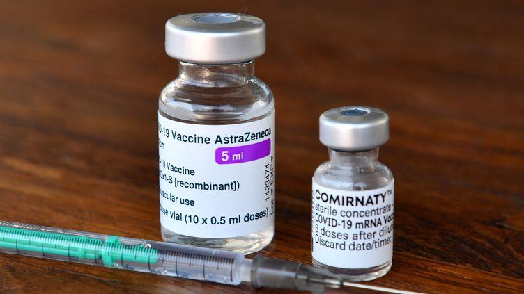 Doses de vaccins contre le Covid-19 : Comirnaty de BioNTech/Pfizer et le sérum produit parAstraZeneca. (FRANK HOERMANN/SVEN SIMON / SVEN SIMON)