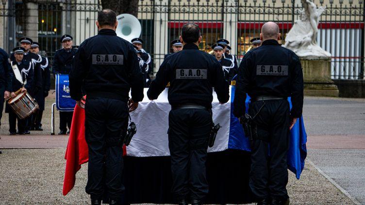 Des policiers devant le cercueil de Franck Labois, à la préfecture du Rhône, à Lyon, le 17 janvier 2020. (NICOLAS LIPONNE / HANS LUCAS / AFP)