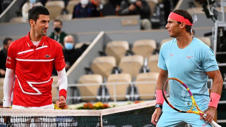 Novak Djokovic et Rafael Nadal lors de la finale de Roland Garros, le 11 octobre 2020. (ANNE-CHRISTINE POUJOULAT / AFP)