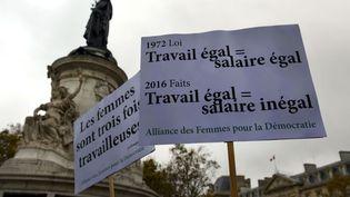 7 novembre 2016. Pancartes lors de la manifestation de femmes sur la place de la République à Paris pour dire non aux inégalités. (ELISE HARDY / GAMMA-RAPHO / GETTY IMAGES)