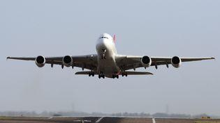 Un Airbus A380 de la compagnie Qantas au décollage à l'aéroport de Sydney (Australie), le 27 novembre 2010. (DON ARNOLD / GETTY IMAGES)