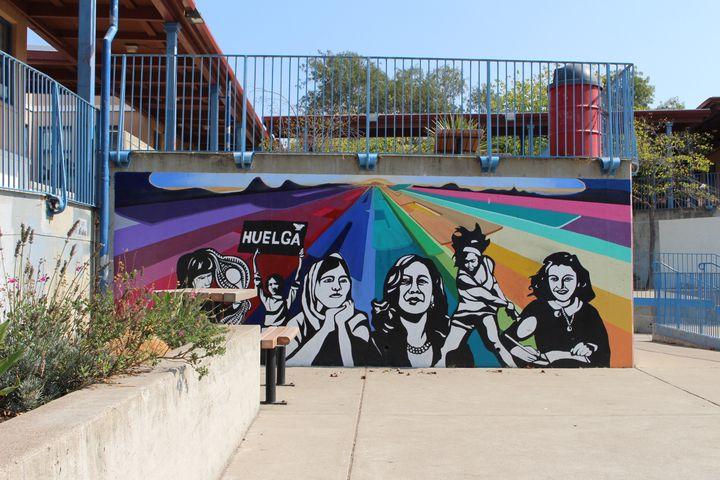 Une fresque dans l'ancienne école primaire de Kamala Harris à Berkeley (Etats-Unis), le 28 septembre 2020. (ROBIN PRUDENT / FRANCEINFO)