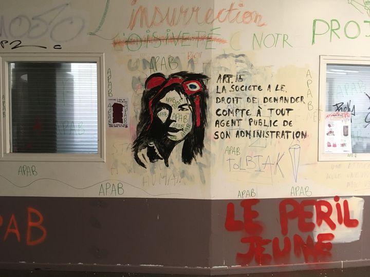 Des graffitis recouvrent les murs de la faculté occupée de Tolbiac, le 18 avril 2018 à Paris. (BENOIT ZAGDOUN / FRANCEINFO)