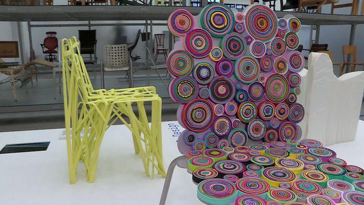 A gauche,la Solid C2 (2004) de Patrick Jouin, chaise issue d'une imprimante 3D -Exposition After the Wall : Design Since 1989 - Vitra Design Museum à Weil am Rhein en Allemagne  (B. Stemmer / France Télévisions)