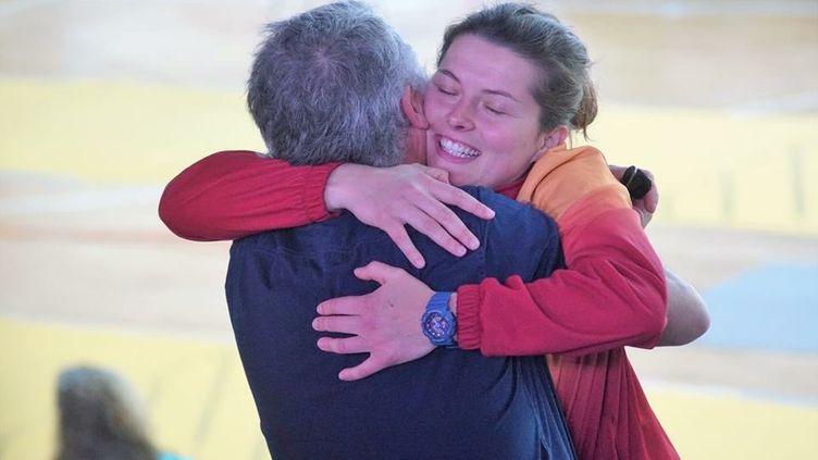 Cécilia Berder dans les bras de son père après une compétition réussie. (CECILIA BERDER / FRANCEINFO / RADIO FRANCE)