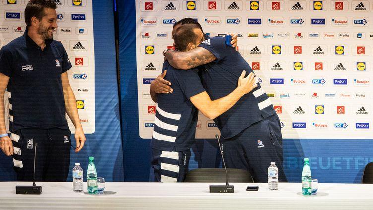 Passage de témoin entre Cédric Sorhaindo (à droite) et Michaël Guigou (à gauche) pour la place de capitaine de l'équipe de france de handball