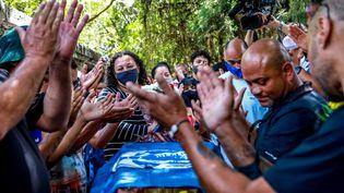 Des proches de Joao Alberto Silveira Freitas autour de son cercueil à Porto Alegre (Brésil), le 21 novembre 2020. (SILVIO AVILA / AFP)