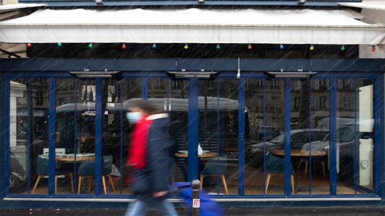Un restaurant fermé en raison de l'épidémie de Covid-19, le 16 janvier 2021 à Paris. (GEORGES GONON-GUILLERMAS / HANS LUCAS / AFP)