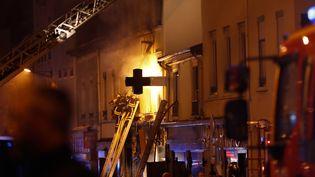 Des pompiers interviennent après une explosion suivie d'un incendie dans un immeuble de Lyon, le 9 février 2019. (ALEX MARTIN / AFP)