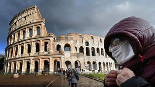 Devant le Colisée, à Rome, en pleine épidémie de coronavirus, le 7 mars 2020. (ALBERTO PIZZOLI / AFP)