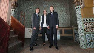 Stéphane Bern, Françoise Nyssen et Emmanuel Macron dans la maison de Pierre Loti à Rochefort, le 14 juin 2018  (Jean-Christophe Sounalet / Pool / AFP)