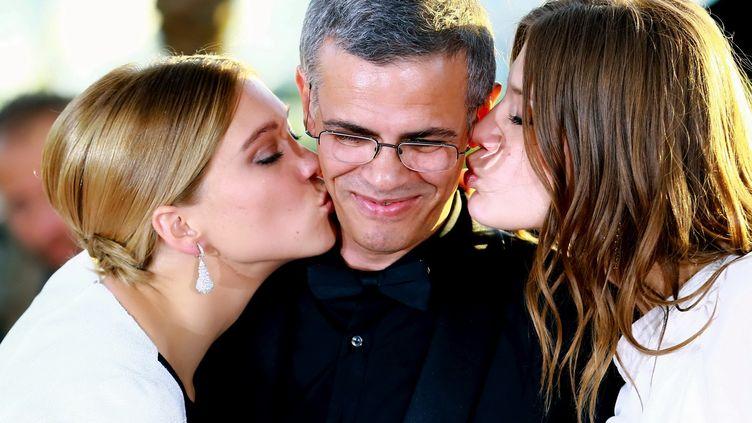 """L'actrice Léa Seydoux (G) pose, le 26 mai 2013, avec le réalisateur Abdellatif Kechiche et l'actrice Adèle Exarchopoulos, après avoir reçu la Palme d'or pour """"La Vie d'Adèle"""", à Cannes (Alpes-Maritimes). (ZHENG FUDE / IMAGINECHINA / AFP)"""