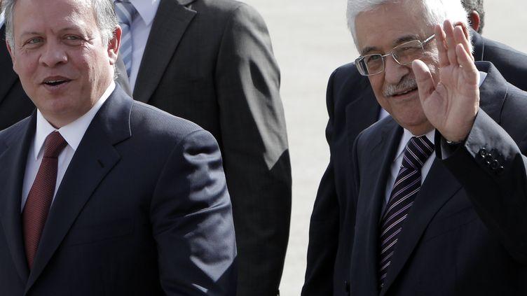 Le roi Abdallah de Jordanie, en visite à Ramallah, avec Mahmoud Abbas, le président de l'autorité palestinienne. Ici en 2012. (AHMAD GHARABLI / AFP)