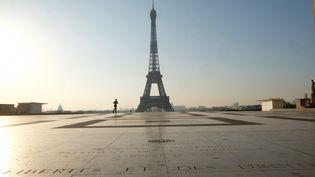 En plein confinement, l'esplanade du Trocadéro face à la Tour Eiffel désertée par les Parisiens et les touristes, le 19 mars 2020. (NATHANAEL CHARBONNIER / FRANCE-INFO)