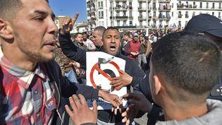 Des manifestants défilent à Alger (Algérie) contre le cinquième mandat d'Abdelaziz Bouteflika, le 22 février 2019. (RYAD KRAMDI / AFP)