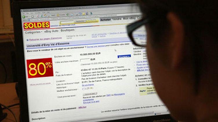 """Internet étant mondial et les normes multiples, """"il faut privilégier l'autorégulation"""", selon eric Besson (AFP - Thomas Coex)"""