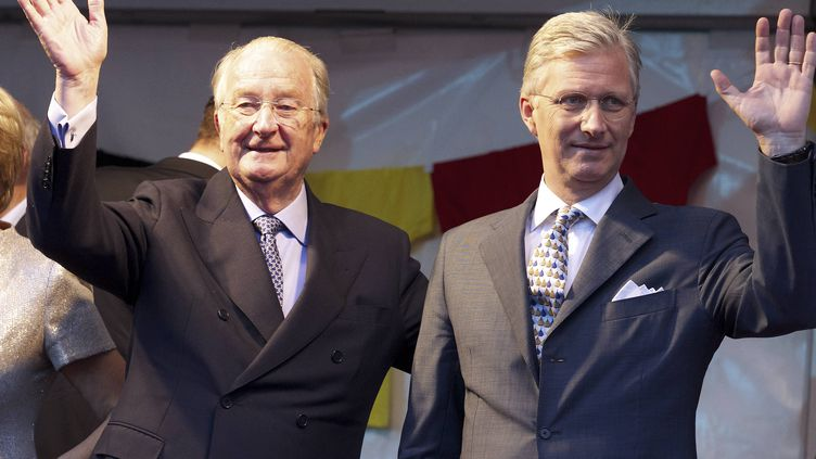 Le roi Albert II et le prince Philippe à qui il cède son trône, le 20 juillet 2013, en Belgique. (NICOLAS MAETERLINCK / BELGA MAG)