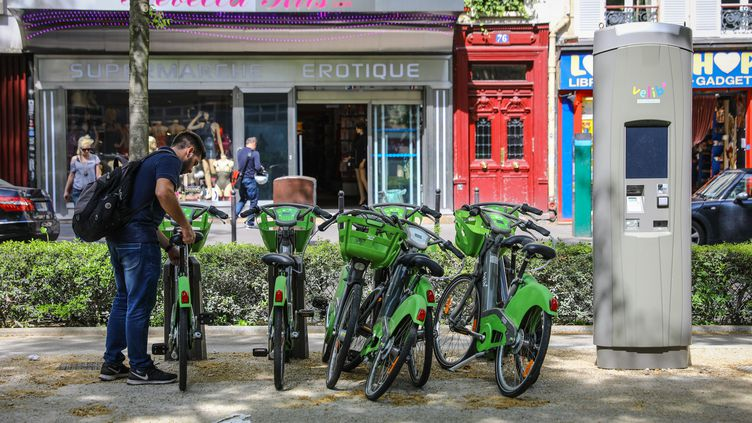 Une station Vélib' située non loin du métro Blanche, dans le 9e arrondissement de Paris, mardi 24 avril 2018. Il était alors impossible d'y retirer le moindre vélo. (MAXPPP)