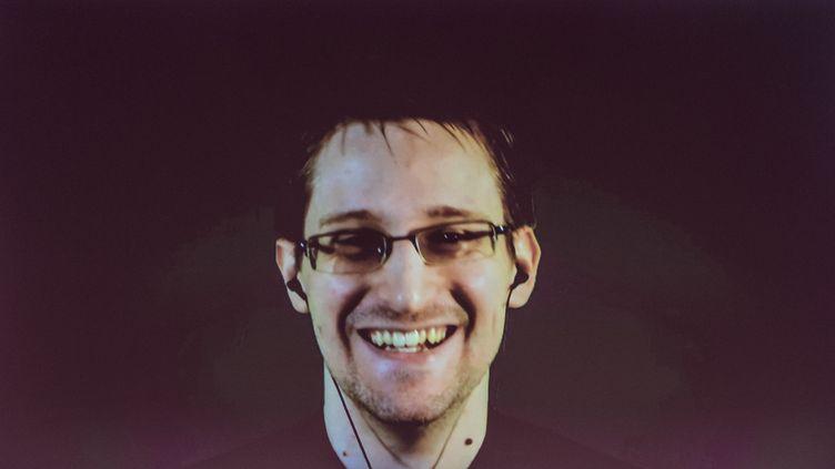Edward Snowden s'exprime depuis Moscou(Russie) lors d'un direct au salon technologique de Hanovre (Allemagne), le18 mars2015. (OLE SPATA / DPA / AFP)