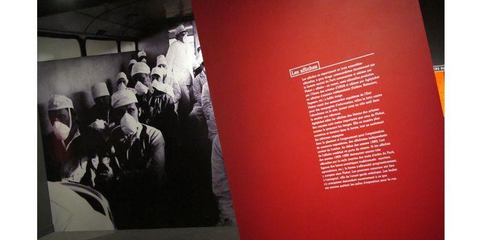 """Photographie agrandie pour l'exposition : """"Ils vont au travail"""". Les liquidateurs se rendent sur le site de la centrale, sommairement protégés  (Laurence Houot-Remy)"""