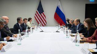 Le secrétaire d'Etat américain, Antony Blinken (à g., avec le micro), face au ministre des Affaires étrangères russe, Sergueï Lavrov, lors d'un sommet à Reykjavik (Islande), le 19 mai 2021. (SAUL LOEB / AFP)