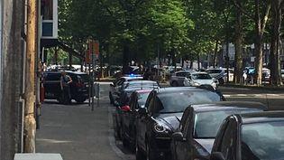 """Un homme a tué par balles deux policiers mardi matin à Liège, dans l'est de la Belgique, avant d'être """"neutralisé"""" et interpellé par des membres des forces de l'ordre. (FREDERIC DE BIOLLEY / BELGA MAG / AFP)"""