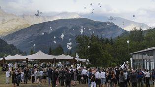 Un rassemblement à proximité du crash de l'avion de la Germanwings, dans la commune du Vernet, le 24 juillet 2015. (ROBERT PRATTA / REUTERS)