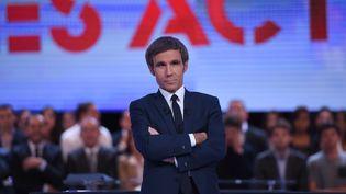 """David Pujadas sur le plateau de l'émission """"Des Paroles et des actes"""", le 24 septembre 2015. (STEPHANE DE SAKUTIN / AFP)"""