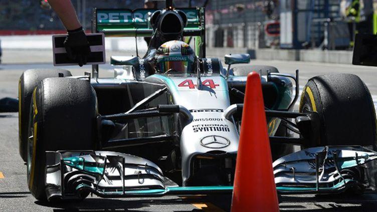 Le Britannique Lewis Hamilton aux stands avec sa Mercedes
