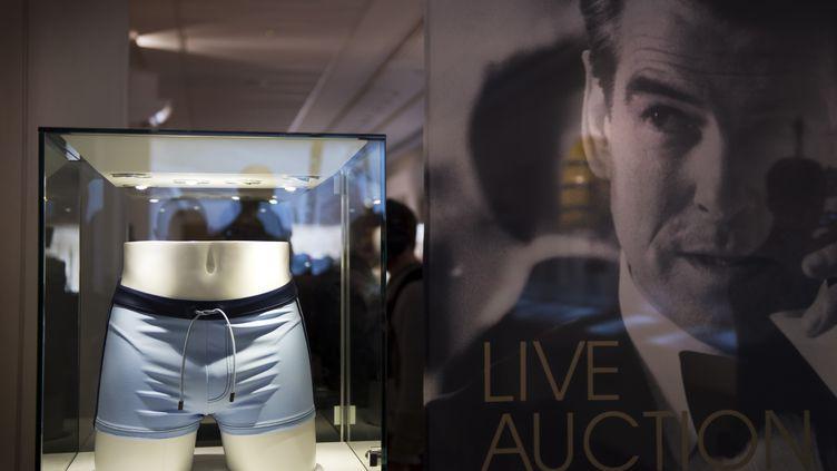 Le maillot de bain porté par l'acteur Daniel Craig dans Casino Royal figure au catalogue de cette vente. (ADRIAN DENNIS / AFP)