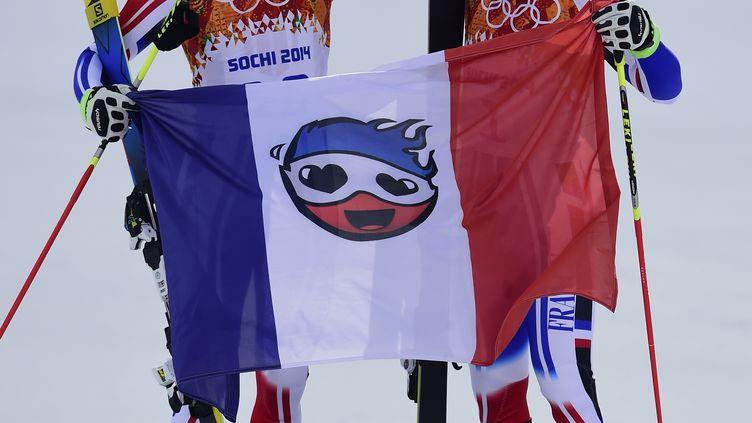 Steve Missillier (à g.) et Alexis Pinturault célèbrent leur 2e et 3e place au slalom géant de Sotchi (Russie), le 19 février 2014. (OLIVIER MORIN / AFP)