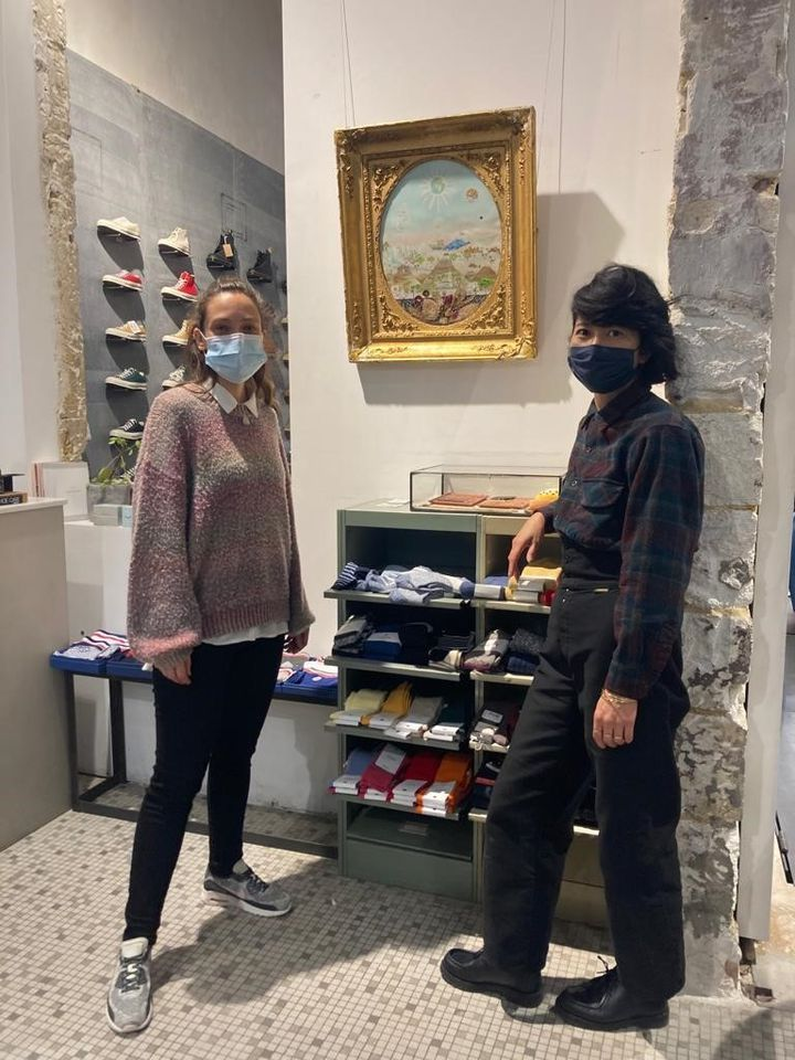 Sackda Euangpha, et l'artiste FannyGillequindevant son œuvre dans le magasinManifest (MOCO)