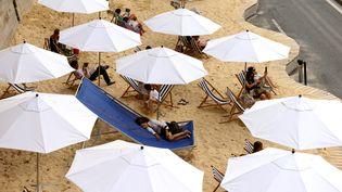 Transats et parasols en bord de Seine, le 8 août 2015, pour l'opération Paris Plages, qui dure du 20 juillet au 16 août. (HUGO MATHY / AFP)