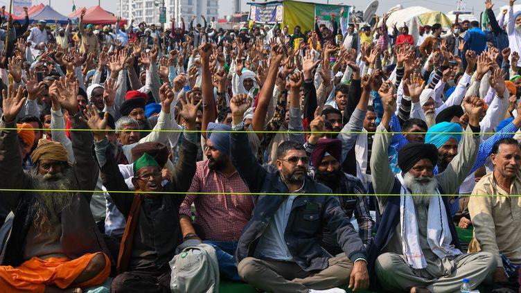 Des agriculteurs bloquent des accès à New Delhi le 2 février 2021 pour protester contre la réforme agricole menée par le gouvernement. (PRAKASH SINGH / AFP)