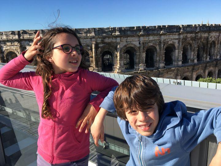 Mathilde et Paul sur la terrasse du musée de la romanité, face aux arènes de Nîmes. (INGRID POHU / RADIO FRANCE)