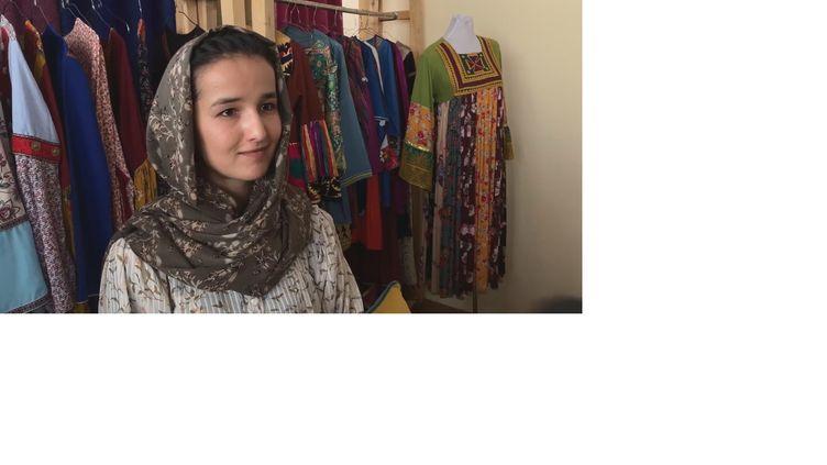 Asila Sadat,jeune styliste afghane de 24 ans, craint que les règles des talibans au pouvoir ne se durcissent envers les femmes. (VALÉRIE CROVA / RADIOFRANCE)