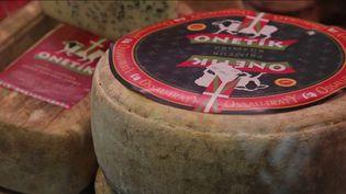 Les équipes de France 2 vous emmènent, mardi 2 mars, à la découverte de l'Ossau-Iraty. Le fameux fromage de de brebis des Pyrénées ravit les papilles et reste l'un des plus appréciés de la région. (France 2)