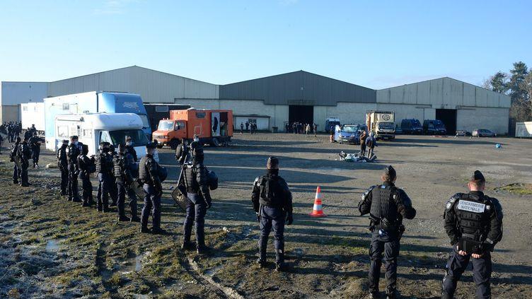 Des gendarmesmobiles investissent le site d'une rave-party sauvage, le 2 janvier 2021, à Lieuron (Ille-et-Vilaine). (MAXPPP)