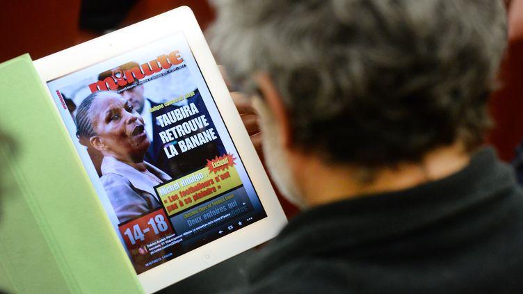 """La une de """"Minute"""" daté du 13 novembre 2013, affichée sur l'écran d'un iPad. (PIERRE ANDRIEU / AFP)"""