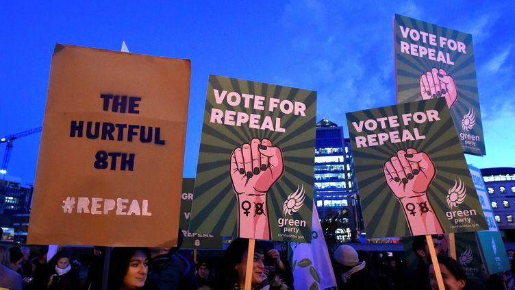 Des manifestants pour la libéralisation de l'IVG manifestent à Dublin (Irelande), le 8 mars 2018. (CLODAGH KILCOYNE / REUTERS)