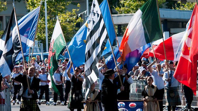 Les portes-drapeaux des nations celtes défilent dans les rues de Lorient (Morbihan) lors de la Grande Parade 2015.  (Bozeanne Davis)