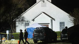 Des policiers devant l'église deSutherland Springs (Texas) où a eu lieu la fusillade, le 6 novembre 2017. (SCOTT OLSON / AFP)