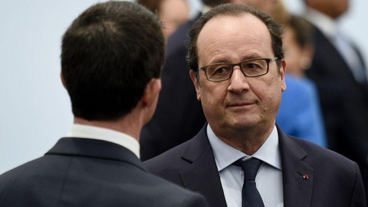 Le président François Hollande et le Premier ministre Manuel Valls lors de la conférence climat au Bourget (Seine-Saint-Denis), le 30 décembre 2015. (MARTIN BUREAU / AFP)
