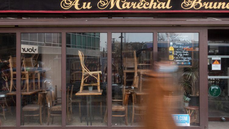 Une brasserie fermée à cause de l'épidémie de Covid-19, le 3 mars 2021 à Paris. (GEORGES GONON-GUILLERMAS / HANS LUCAS / AFP)