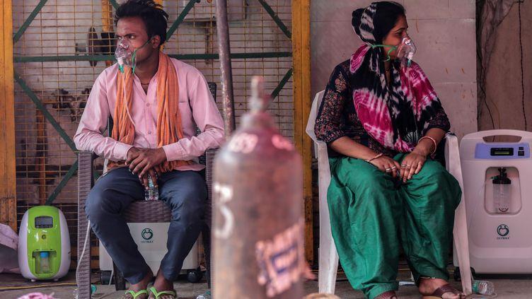 Des patientsmalades du Covid-19 reçoivent de l'oxygène dans un temple sikh, où l'oxygène est mis gratuitement à disposition par des associations dans la banlieue de New Delhi, en Inde, le 8 mai 2021. (RAJAT GUPTA / EPA / MAXPPP)