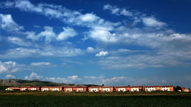 Vue du complexe de 24 hectares de Cara Mineo, un centre d'accueil pour demandeurs d'asile, dans la province de Catane en Sicile le 21 avril 2015. (ALBERTO PIZZOLI / AFP)